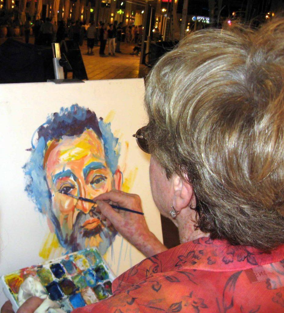 עדנה קרניאל מציירת בטיילת